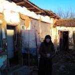 Sora Vişinoiu în faţa casei